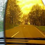 Mit Sonnenbrille Auto fahren - © Petra Morales / Pixelio.de