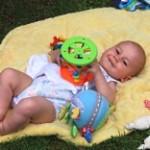 Baby auf der Decke © Danielle / Pixelio.de