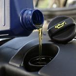 Motoröl wird eingefüllt - © Tim Reckmann / pixelio.de