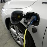 """Elektroauto wird """"betankt"""" - © Johannes Wiesinger / pixelio.de"""
