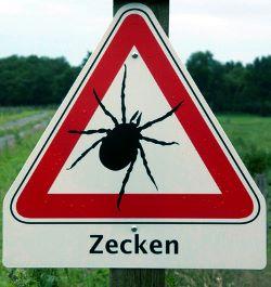 Zeckenwarnschild – Bernd Lang / pixelio.de