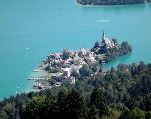Blick auf die Kirchen von Maria Wörth - Quelle: gemeinfrei