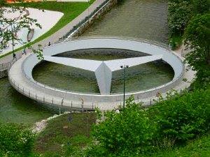 Ein neues Wahrzeichen von Bad Aussee: die Mercedes-Stern-Brücke - © Sabine Jaunegg / pixelio.de