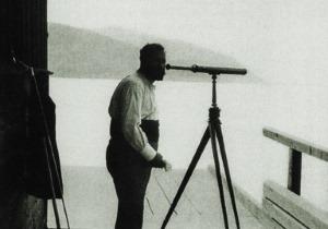 Gustav Klimt am Bootshaus seiner Villa (etwa 1905) - Quelle: gemeinfrei